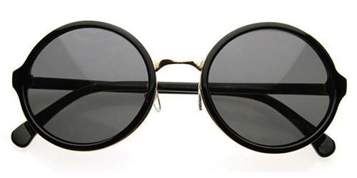 7ae509a1da Les lunettes de soleil aux formes rondes ont la cote au Cameroun. Dans les  rues, supermarchés, amphithéâtres…