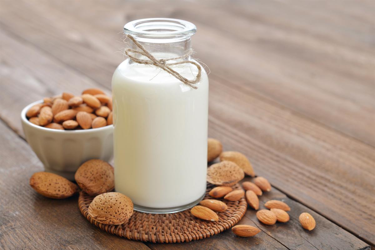 Le lait d'amande douce pour le traitement de cheveux secs - Tendances  People Mag